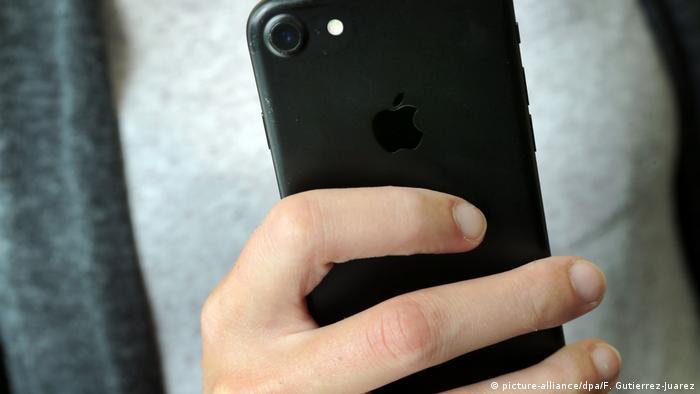 Las redes sociales, internet y celulares se han convertido en instrumentos para ejercer control sobre las mujeres. El 33% de las mujeres y el 44% de los hombres (15 a 19 años) consideran que no es violencia revisar el celular de sus parejas. Asimismo, el 84% de las mujeres y el 77% de los hombres (15 a 25 años) creen que sus amigos lo hacen.