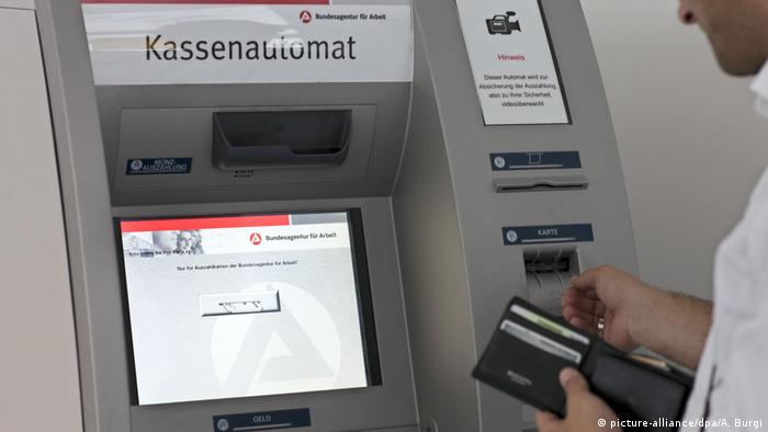 Kassenautomat in einem Jobcenter in Berlin (picture-alliance/dpa/A. Burgi)