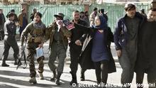 Verletzte werden am 27.01.2018 in Kabul (Afghanistan) nach einem Anschlag von Helfern weggebracht. Bei dem schweren Anschlag im Zentrum der afghanischen Hauptstadt hat es nach offiziellen Angaben bisher mindestens 17 Toten und 110 Verletzten gegeben. Die radikalislamischen Taliban haben den Anschlag für sich reklamiert. (zu dpa «Mindestens 17 Tote bei schwerem Taliban-Anschlag in Kabul» vom 27.01.2018) Foto: Massoud Hossaini/AP/dpa +++(c) dpa - Bildfunk+++ |