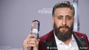 Kida Khodr Ramadan holding an award (picture-alliance/dpa/H. Kaiser)