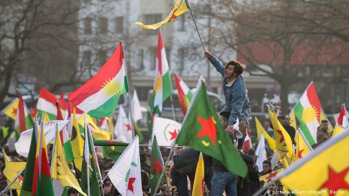 Kurden-Demo gegen türkische Militäroffensive (picture-alliance/dpa/M. Becker)