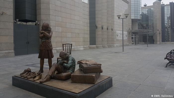 Das Gedenkzentrum für den Holocaust erinnert an die mehr als 7000 mazedonischen Juden, die im Holocaust und während der gesamten jüdischen Geschichte des Balkans getötet wurden. Das Museum liegt im einstigen jüdischen Viertel von Skopje und wurde am 10. März 2011 eröffnet, dem 68. Jahrestag der Deportation mazedonischer Juden in das Konzentrationslager Treblinka.