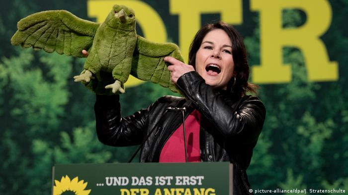 Annalena Baerbock freut sich am 27.01.2018 mit einem grünen Adler über ihre Wahl zur Bundesvorsitzenden bei einer außerordentlichen Bundesdelegiertenkonferenz von Bündnis 90/Die Grünen in Hannover (Niedersachsen).