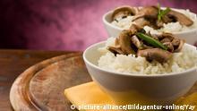 photo of delicious risotto with mushrooms on wooden table, Foto des koestlichen Risottos mit Pilzen auf dem Holztisch | Verwendung weltweit, Keine Weitergabe an Wiederverkäufer.