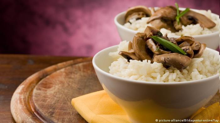 Fastenspeisen Risottos mit Pilzen auf dem Holztisch (picture-alliance/Bildagentur-online/Yay)
