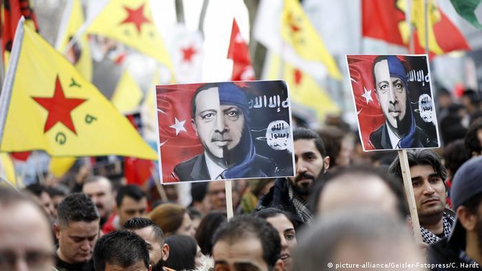Deutschland | Kurden-Demo in Köln (picture-alliance/Geisler-Fotopress/C. Hardt)