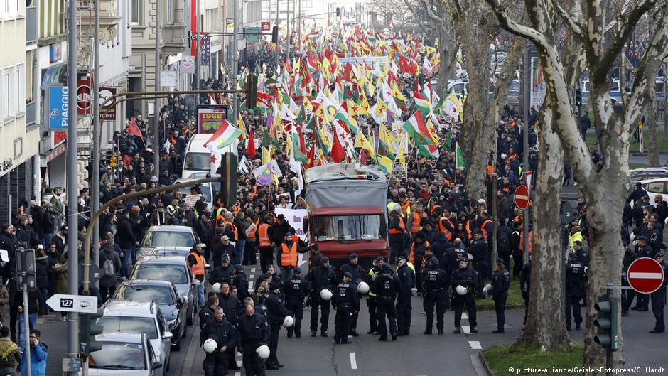 Deutschland   Polizei löst Kurden-Demo in Köln