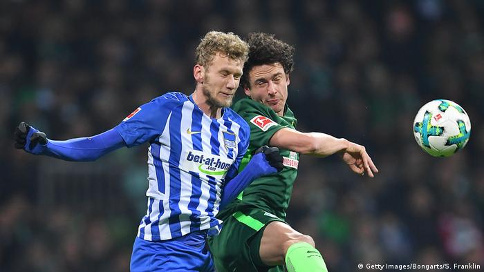 Berlins Fabian Lustenberger (l.) im Zweikampf mit Bremens Thomas Delaney. (Getty Images/Bongarts/S. Franklin Sport)