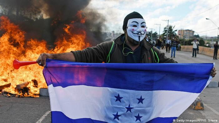 Honduras | Tränengaseinsatz gegen Demonstranten in Honduras (Getty Images/AFP/O. Sierra)