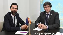 24.01.2018 TOPSHOT - Sacked Catalan president Carles Puigdemont (R) and the speaker of the region's parliament Roger Torrent pose as they meet in Brussels on January 24, 2018, despite Spain ordered Catalonia's representative in Brussels not to allow the meeting. / AFP PHOTO / EMMANUEL DUNAND (Photo credit should read EMMANUEL DUNAND/AFP/Getty Images)