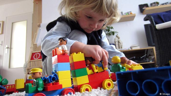Kind spielt mit Lego Duplo