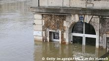 28.01.2018+++Paris, Frankreich+++ TOPSHOT - This photo taken on January 28, 2018 shows the cafe 'Les Nautes' in Paris partly immersed in the the water of the Seine river. The swollen Seine rose even higher on January 28, keeping Paris on alert, though forecasters said the flooding should peak by the end of the day. / AFP PHOTO / GEOFFROY VAN DER HASSELT (Photo credit should read GEOFFROY VAN DER HASSELT/AFP/Getty Images)