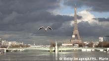 26.01.2018+++Paris, Frankreich+++ A picture taken on January 26, 2018, shows the flooded Ile aux Cygnes and banks of the river Seine with a model of the Statue of Liberty and the Eiffel Tower in the backround in Paris. Leaks were starting to appear on January 26 in the basements of Paris buildings as the Seine inched higher, with forecasters warning that the river could stay high throughout next week, especially if more rain is dumped on France. The Vigicrues flooding agency scaled back its peak predictions for the river in the capital, saying it will top out at 5.8 to 6 metres (19 to 19.7 feet) between Saturday afternoon and Sunday morning, compared with 6.2 metres previously. / AFP PHOTO / Ludovic MARIN (Photo credit should read LUDOVIC MARIN/AFP/Getty Images)