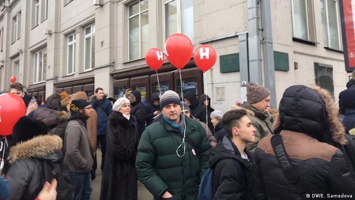 Сторонники Алексея Навального у входа в метро в Москве во время забастовки избирателей, несколько человек с шариками с буквой Н.