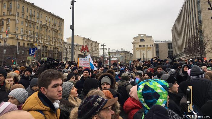 Сторонники Алексея Навального у здания Известий в Москве во время забастовки избирателей.