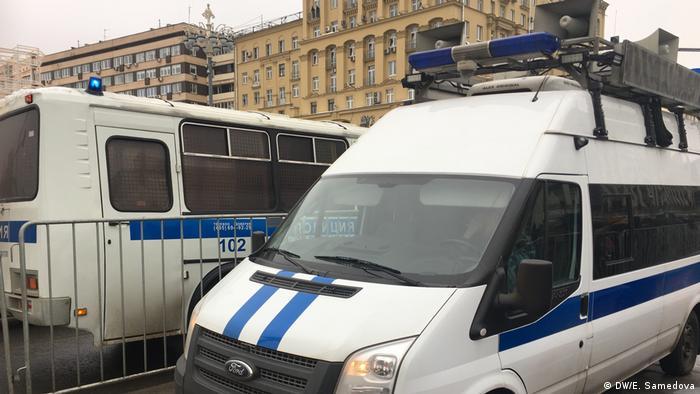 Автомобили полиции на Пушинской площади в Москве во время забастовки избирателей.