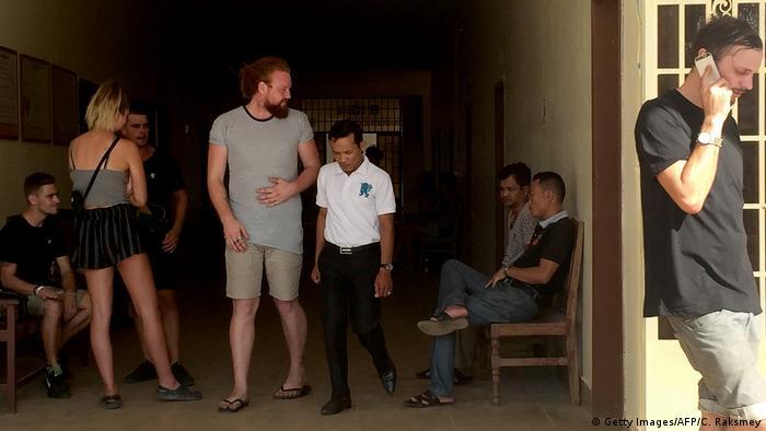 Kambodscha Touristen wegen Porno-Tanz verhaftet