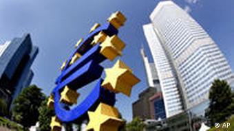 Euro-Skulptur vor EZB in Frankfurt am Main