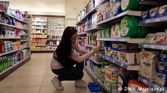 Те, кто заполняет товарами полки супермаркетов или работает на кассе, сейчас достойны особой благодарности