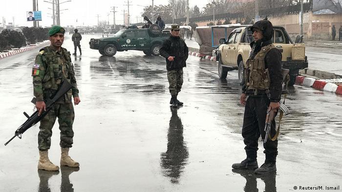 Al menos once soldados afganos y cuatro insurgentes murieron, y 16 militares resultaron heridos en un ataque suicida, del cual la organización terrorista autodenominada Estado Islámico se atribuyó la autoría. El asalto tuvo como objetivo las instalaciones de un batallón del Ejército afgano situado cerca de la Academia Militar Marshal Fahim en el área de Oargha, en el oeste de Kabul. (29.01.2018).