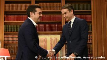 Ο Κυριάκος Μητσοτάκης επιχειρεί να «στριμώξει» πολιτικά τον Αλέξη Τσίπρα, παρατηρεί η Handelsblatt