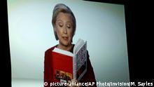 Hillary Clinton liest während einer Video-Übertragung am 28.01.2018 in New York, USA, im Rahmen der Verleihung der 60. Grammy Awards im Madison Square Garden einenAusschnitt aus dem Trump-Buch «Fire and Fury». Foto: Matt Sayles/Invision/AP/dpa +++(c) dpa - Bildfunk+++ |