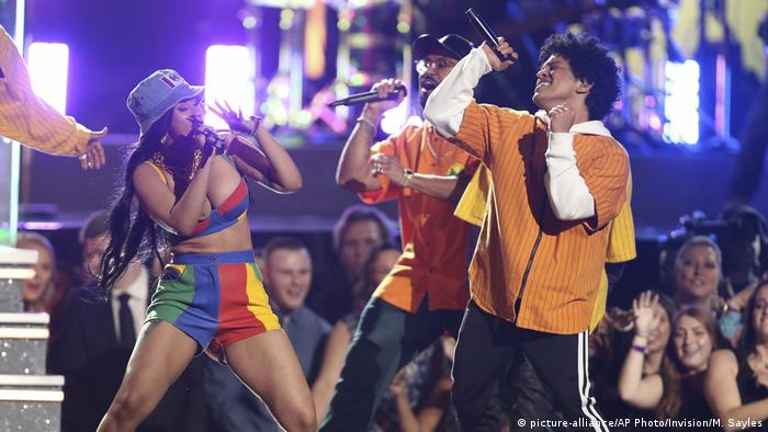 Cardi B, left, and Bruno Mars perform Finesse at the 60th annual Grammy Awards at Madison Square Garden (picture-alliance/AP Photo/Invision/M. Sayles)