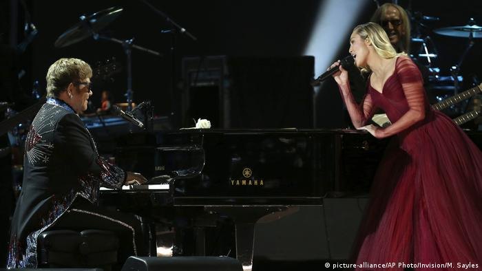 Elton John and Miley Cyrus perform Tiny Dancer at the 60th annual Grammy Awards at Madison Square Garden (picture-alliance/AP Photo/Invision/M. Sayles)
