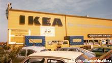 HANDOUT- Das Foto aus dem Jahr 1974 zeigt das erste in Deutschland eröffnete Ikea Möbelhaus in Eching bei Müünchen (Bayern). Foto: Ikea/dpa (ACHTUNG: Nur zur redaktionellen Verwendung im Zusammenhang mit der aktuellen Berichterstattung und nur bei Nennung: Foto: Ikea/dpa - zu dpa-KORR Ivar und Billy statt Eiche rustikal: 40 Jahre Ikea Deutschland am 16.10.2014 - Wiederholung vom 10.10.2014) +++(c) dpa - Bildfunk+++ |