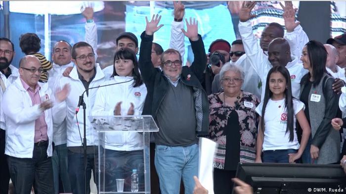 Rodrigo Londoño, ou Timochenko, cercado por apoiadores durante comício