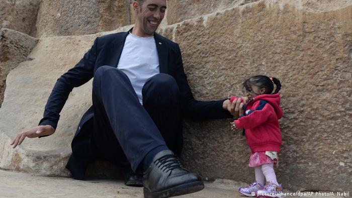 Ägypten der größte Mann trifft auf die kleinste Frau der Welt (picture-alliance/dpa/AP Photo/A. Nabil)