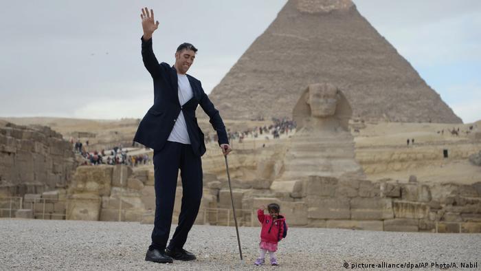أطول رجل وأقصر امرأة في العالم يزوران الأهرامات   منوعات   نافذة DW عربية  على حياة المشاهير والأحداث الطريفة   DW   29.01.2018