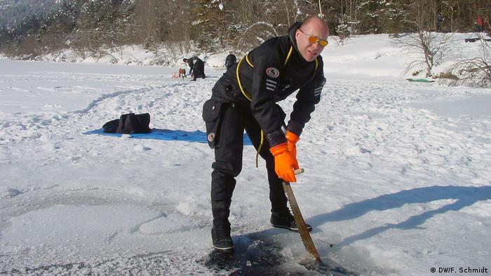 Guillain-Barré-Syndrom | Der Taucher Carsten Kolberg sägt ein Loch in den Lechau-See (DW/F. Schmidt)
