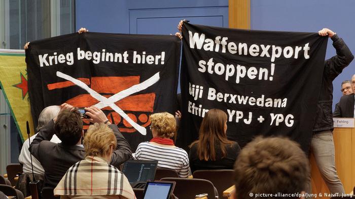 Deutschland Pro-kurdische Proteste bei Regierungs-Pressekonferenz in Berlin (picture-alliance/dpa/Jung & Naiv/T. Jung)