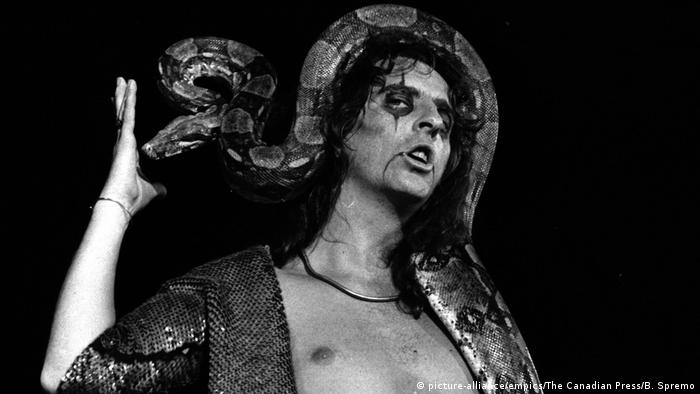 Alice Cooper with a snake wrapped around his head (picture-alliance/empics/The Canadian Press/B. Spremo)