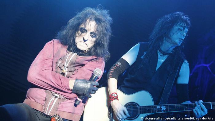 Alice Cooper frowning on stage (picture-alliance/radio tele nord/G. von der Ahe)