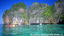 Ko Phi Phi consists of two islands, Phi Phi Leh and Phi Phi Don, located southeast of Phuket. Both are part of Hat Noppharat Thara Ko Phi Phi National Marine Park. Set in the centre of the Sea of Phuket, Ko Phi Phi is almost equidistant from Phuket and Krabi and can be reached by boat in around two hours. Phi Phi Don is the larger of the two islands, with scenic hills, steep cliffs, silken beaches, azure waters and remarkable bird- and sea-life. The island narrows at the middle where long, white-sand beaches are only a few hundred metres apart. Boats from Krabi and Phuket dock at Ao Ton Sai on the southern side of the island. Hat Yao or 'Long Beach' faces south and is famous for the good snorkelling to be had on its coral reefs. To the northeast Hat Lanti is another fine beach with good waves for surfing. North of this beach is beautiful Ao Bakao, a bay with a small resort, while near the tip of Laem Tong are three more luxury resorts. | Verwendung weltweit, Keine Weitergabe an Wiederverkäufer.