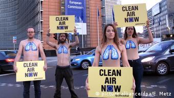 Демонстрация Greenpeace в Брюсселе за чистый воздух и против дизельных автомобилей
