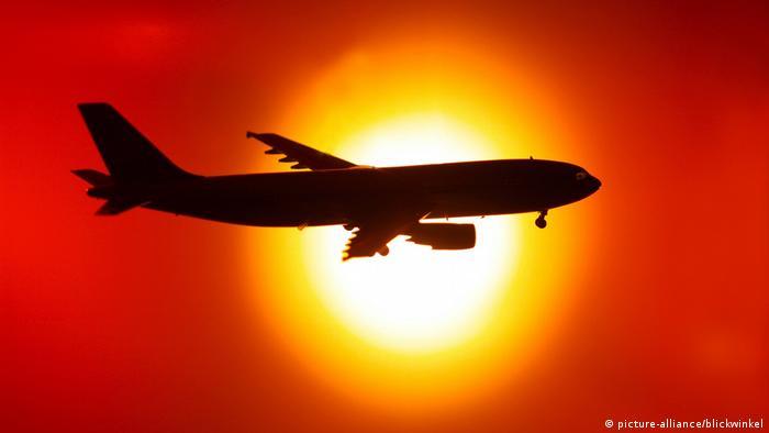 Symbolbild Flugzeug vor Sonnenuntergang, Symbol picture airplane in front of sunset