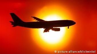 Symbolbild Flugzeug vor Sonnenuntergang, Symbol picture airplane in front of sunset (picture-alliance/blickwinkel)