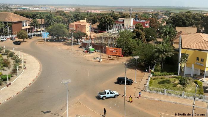 Guinea-Bissau Polizei blockiert Zugang zum PAIGC Parteizentrum (DW/Braima Darame )