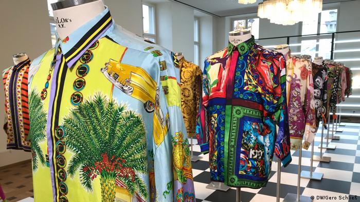 Bunte, farbstarke Hemden von Gianni Versace an Puppen in einem Ausstellungsraum.