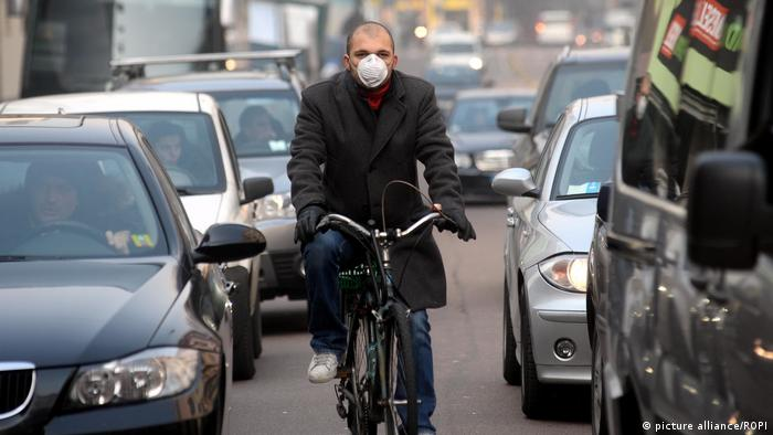 A man wearing a mask on a bike (photo: picture alliance/ROPI)
