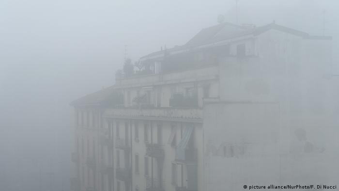 Milan, covered in smog (photo: picture alliance/NurPhoto/F. Di Nucci)
