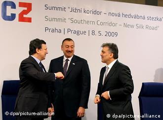 عبدالله گل (راست) و الهام علیاف (وسط)روسای جمهور ترکیه و آذربایجان در کنار خوزه مانوئل باروسو، رئیس کمیسیون اروپا