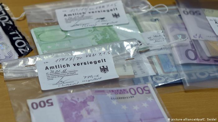 Cash that was seized during illegal work raids carried out in North Rhine-Westphalia (picture-alliance/dpa/C. Seidel)