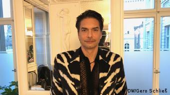 Schwedisches Starmodel Marcus Schenkenberg posiert in einer Tiger gemusterten Versace Jacke