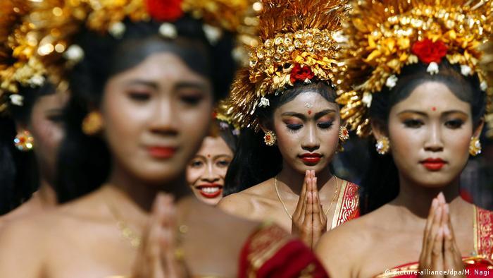 Indonesische Tänzerinnen Jembrana, Bali