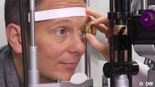 DW-Moderator und Arzt Carsten Lekutat bei einer Augenuntersuchung