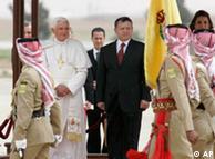 پاپ بندیکت شانزدهم در امان پایتخت اردن مورد استقبال گرم ملک عبدالله دوم و ملکه رانیا قرار گرفت